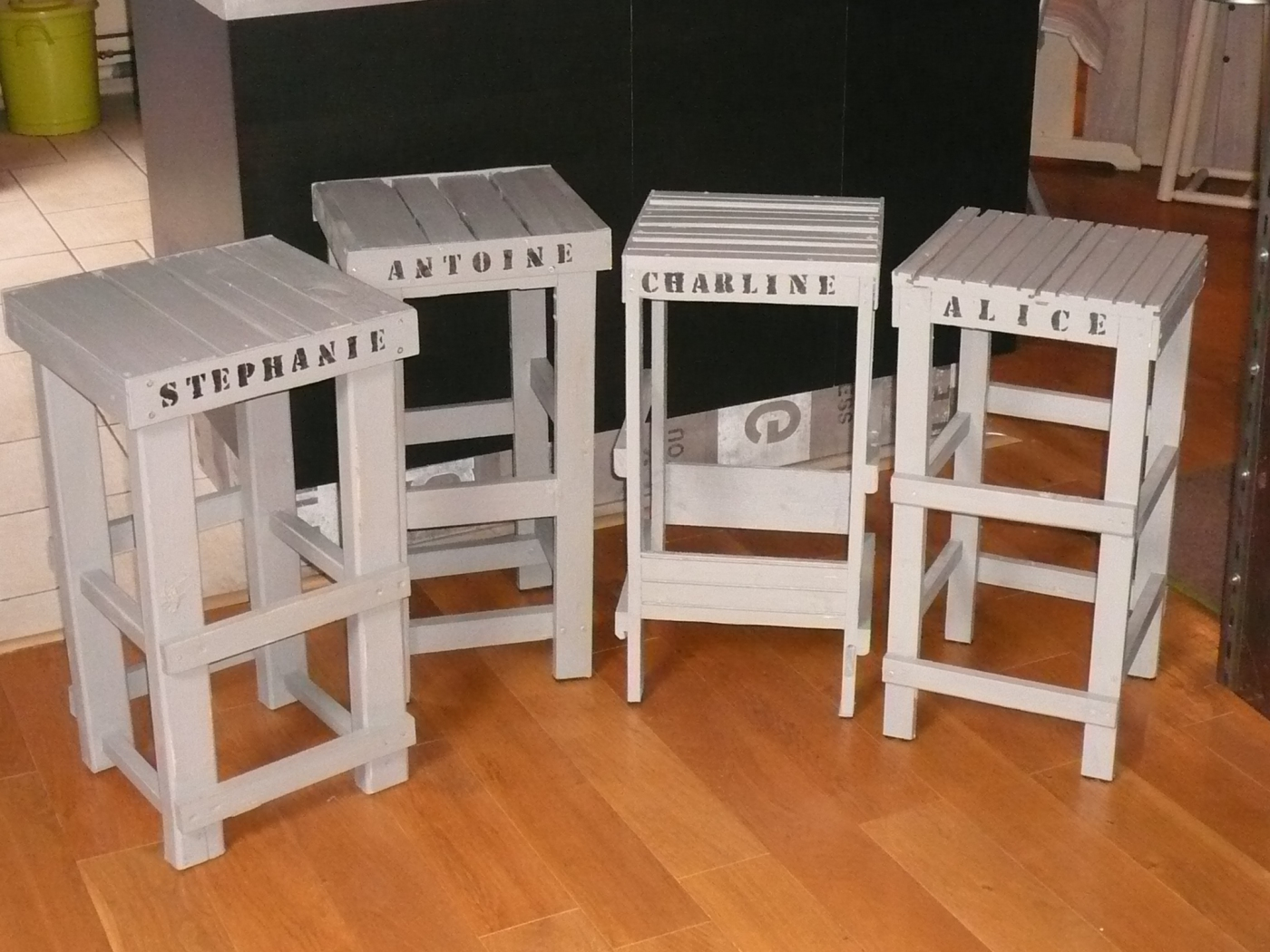 upcycling tabourets nominatifs la d coration autrement made in france. Black Bedroom Furniture Sets. Home Design Ideas